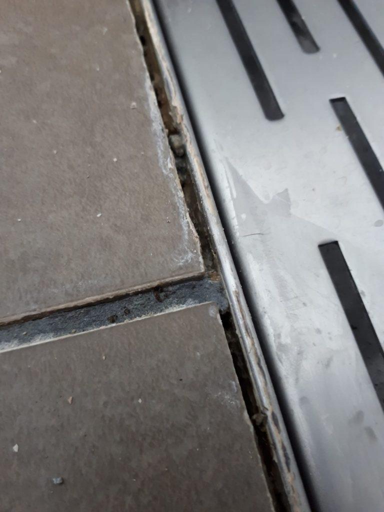 slechte of onvoldoende kit aansluiting douche drain en tegels